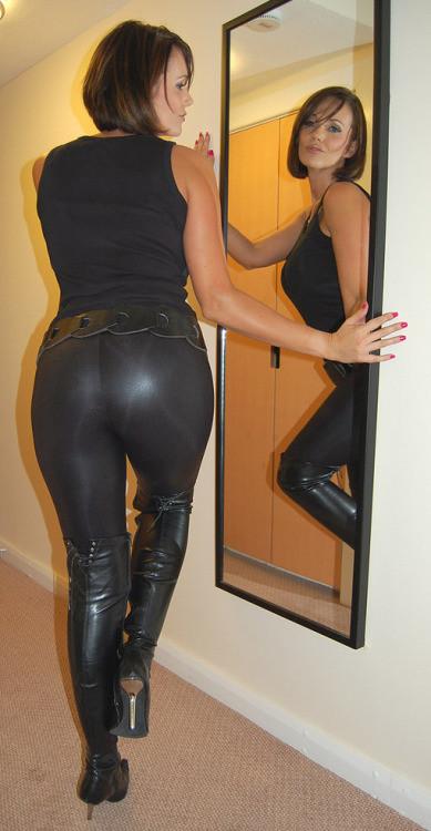 Mature ass 25  (leggins transparentes)