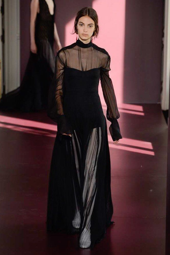 00698593e5c8 See the complete Valentino Fall 2017 Couture collection.
