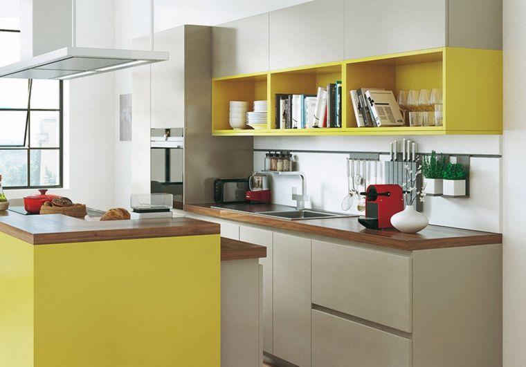 Abbinamento colore grigio con scaffali a vista di colore giallo top