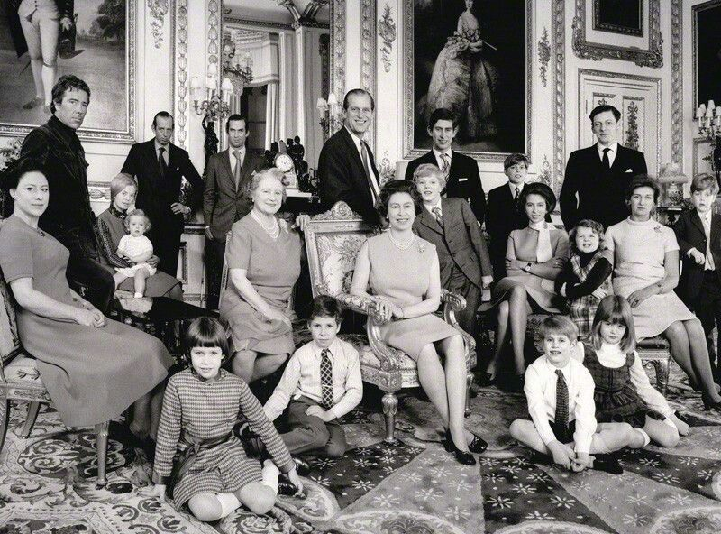 Queen Elizabeth silver jubilee official family portrait