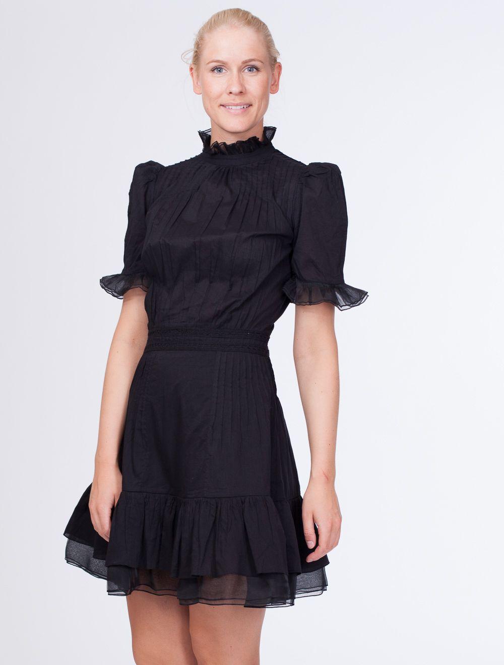 a5b158ef Amelia Dress svart fra Pia Tjelta er en nydelig kort sommerkjole med fine  detaljer. Halsen