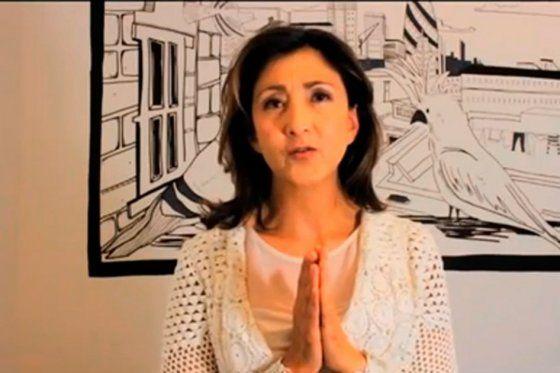 Ingrid Betancourt respaldando el proceso de paz. Con las manos cerradas expresa paz y reconciliación.