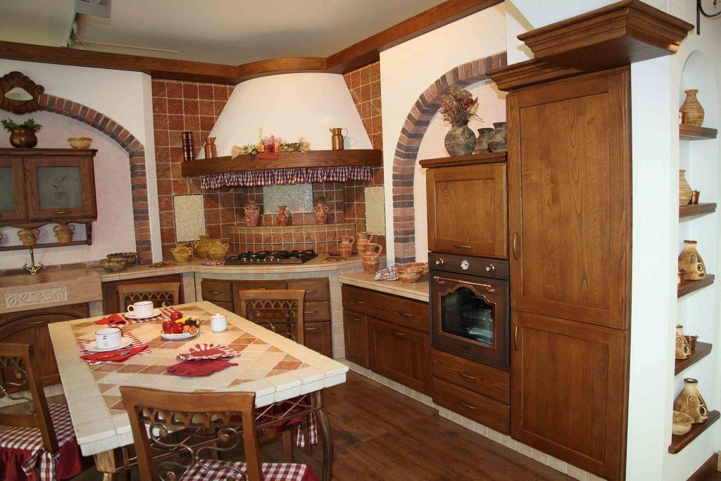 Cucina in muratura in massello di frassino, con particolare ...