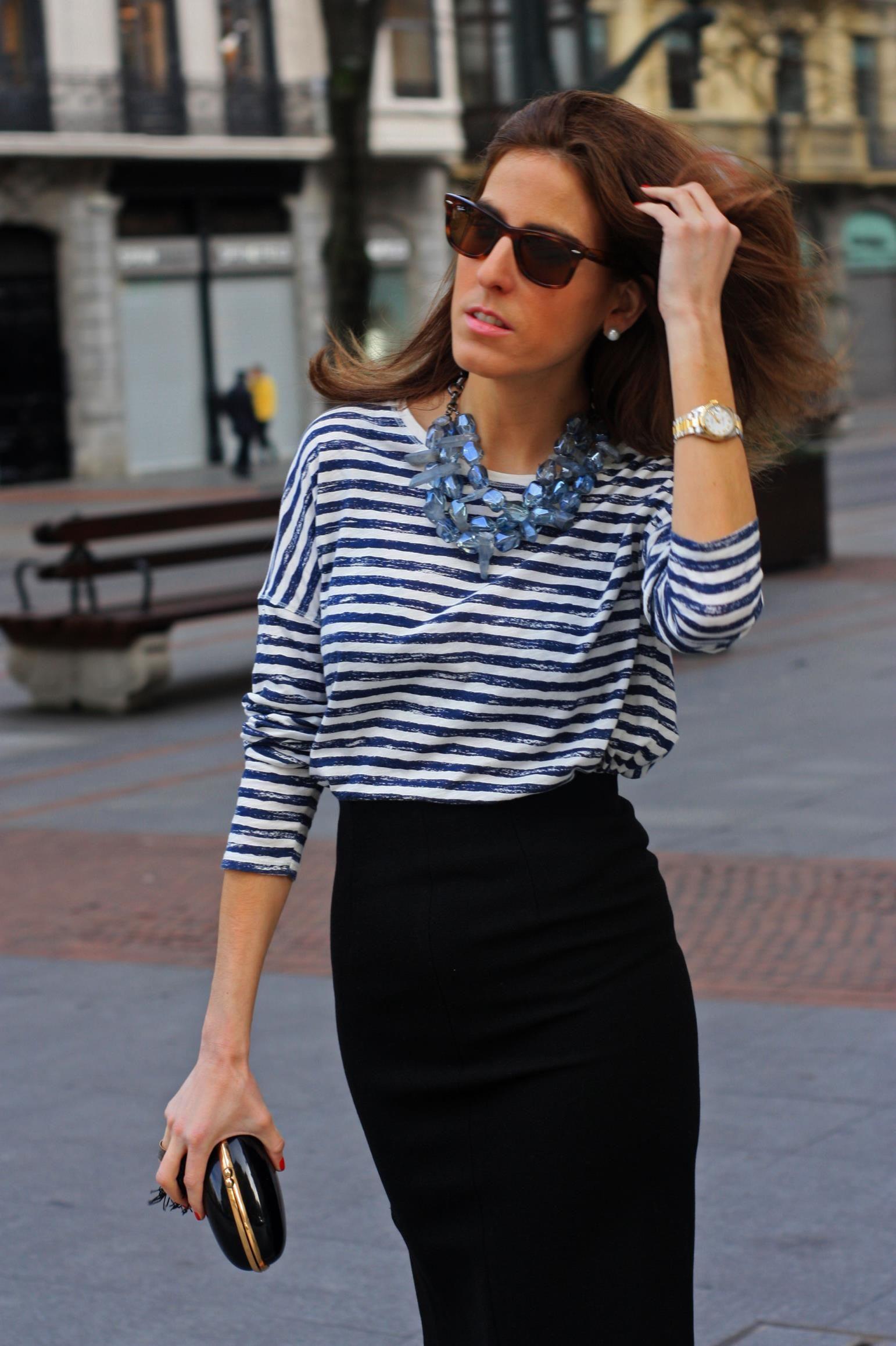 online store 3e0e9 08a43 Blog de moda - Hoy os traemos un estilismo sobre cómo combinar una falda  lapiz negra. Combinamos una falda con camiseta básica de rayas y collar de  piedras ...