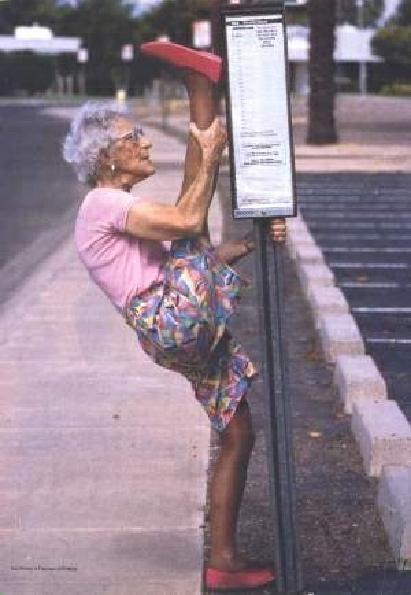 Eine Oma Dehnt Sich Und Macht Einen Spagat An Einer Bushaltestelle
