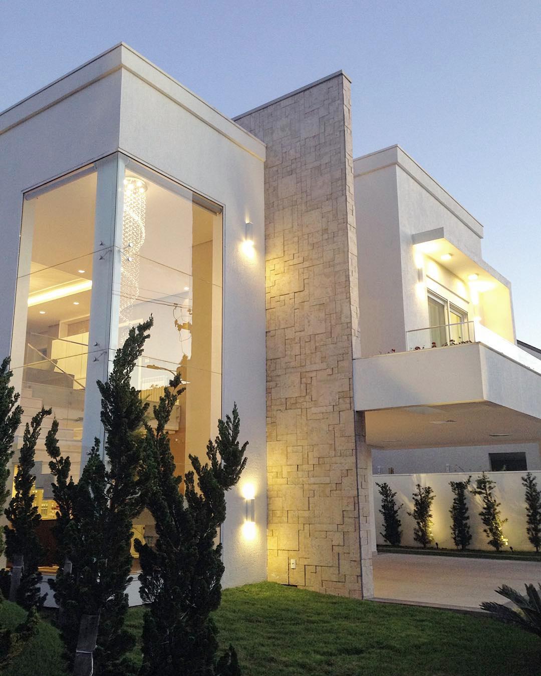 Fachada de casa com pano de vidro que revela escada for Casa moderna que es