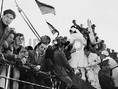 """BARCELONA, 2-4- 1954.- LLEGADA AL PUERTO DE BARCELONA DEL BARCO """" SEMIRAMIS"""" CON EX-PRISIONEROS DE LA DIVISION AZUL.Europhoto"""