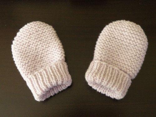 06126766c0f5 Moufles bébé 0 3 mois, aiguilles N°2,5 et 3. Modèle trouvé ici FOURNITURES    - De la laine layette, 25 grammes suffisent. - Des aiguilles à tricoter  numéro ...