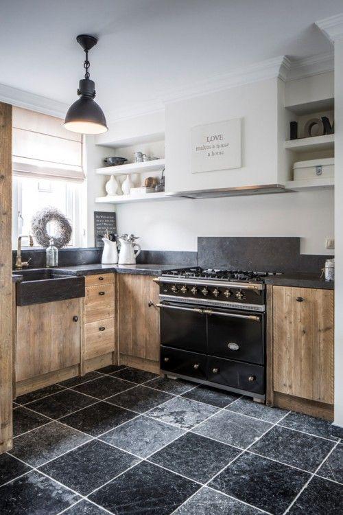 Landelijke keuken van steigerhout met mooi blad en mooie vloertegels