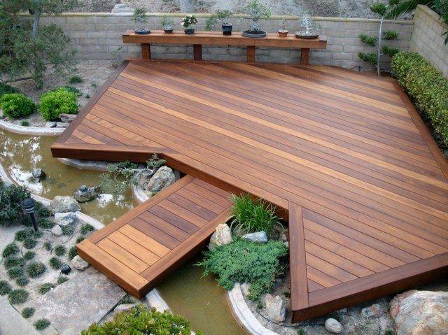Terrasse en bois avec un pont et mini étang