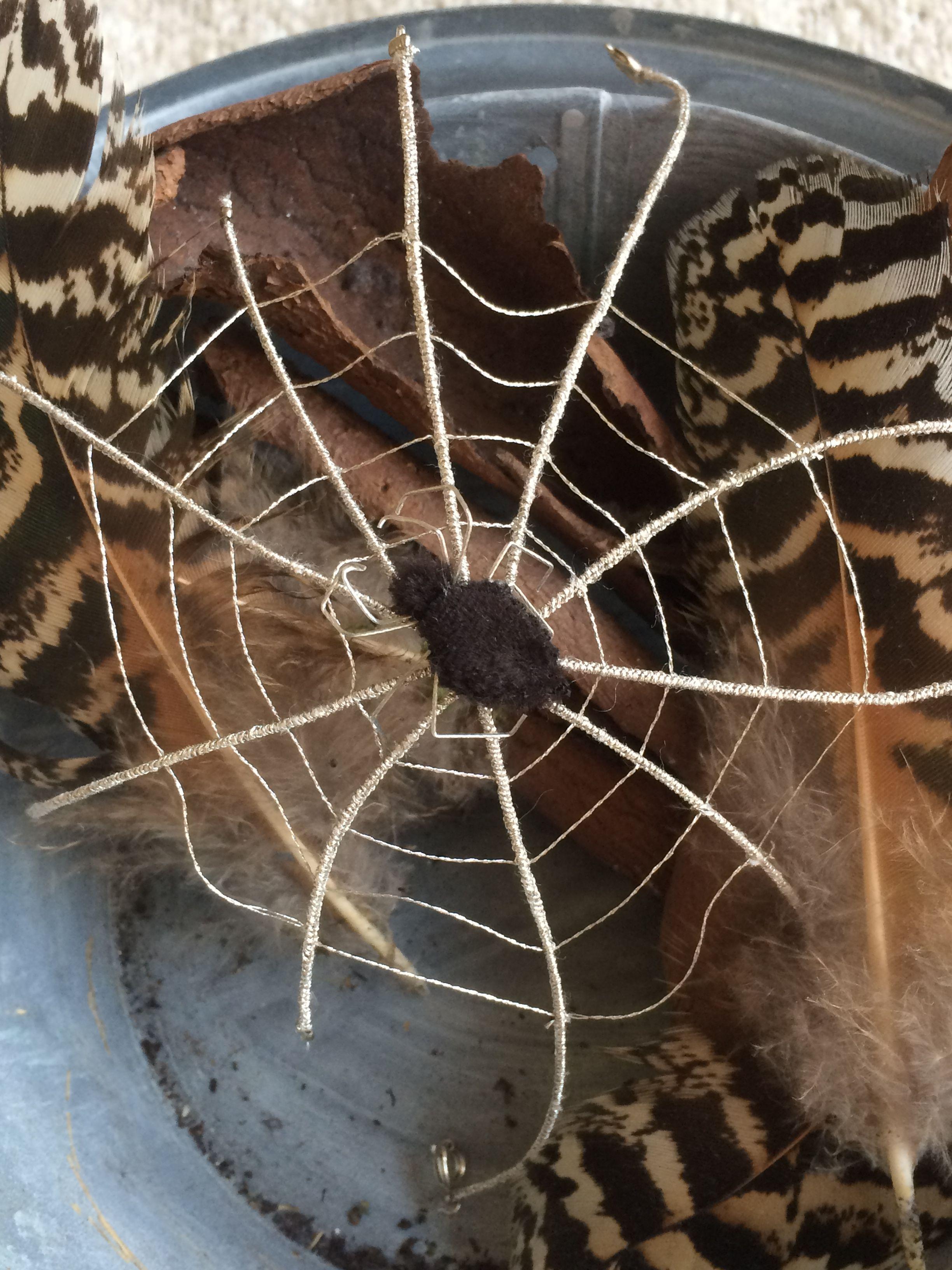 Broderie argent araignée