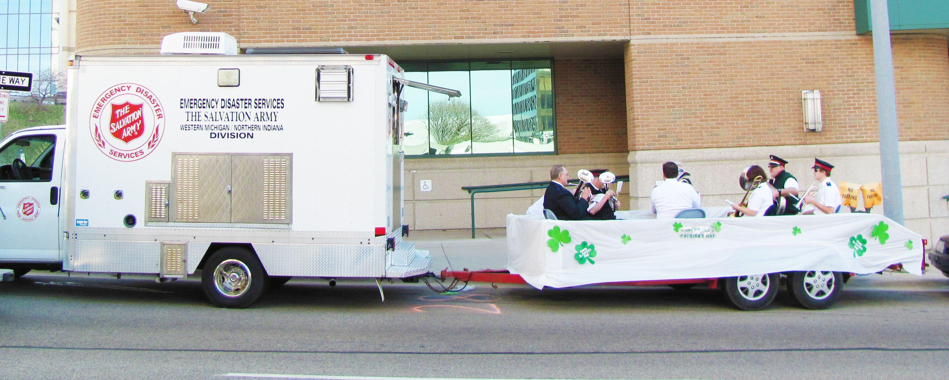 Fahrzeuganhänger der Heilsarmee, der für eine Parade beim St. Patrick's Day zu einem Umzugwagen umfunktioniert wurde.
