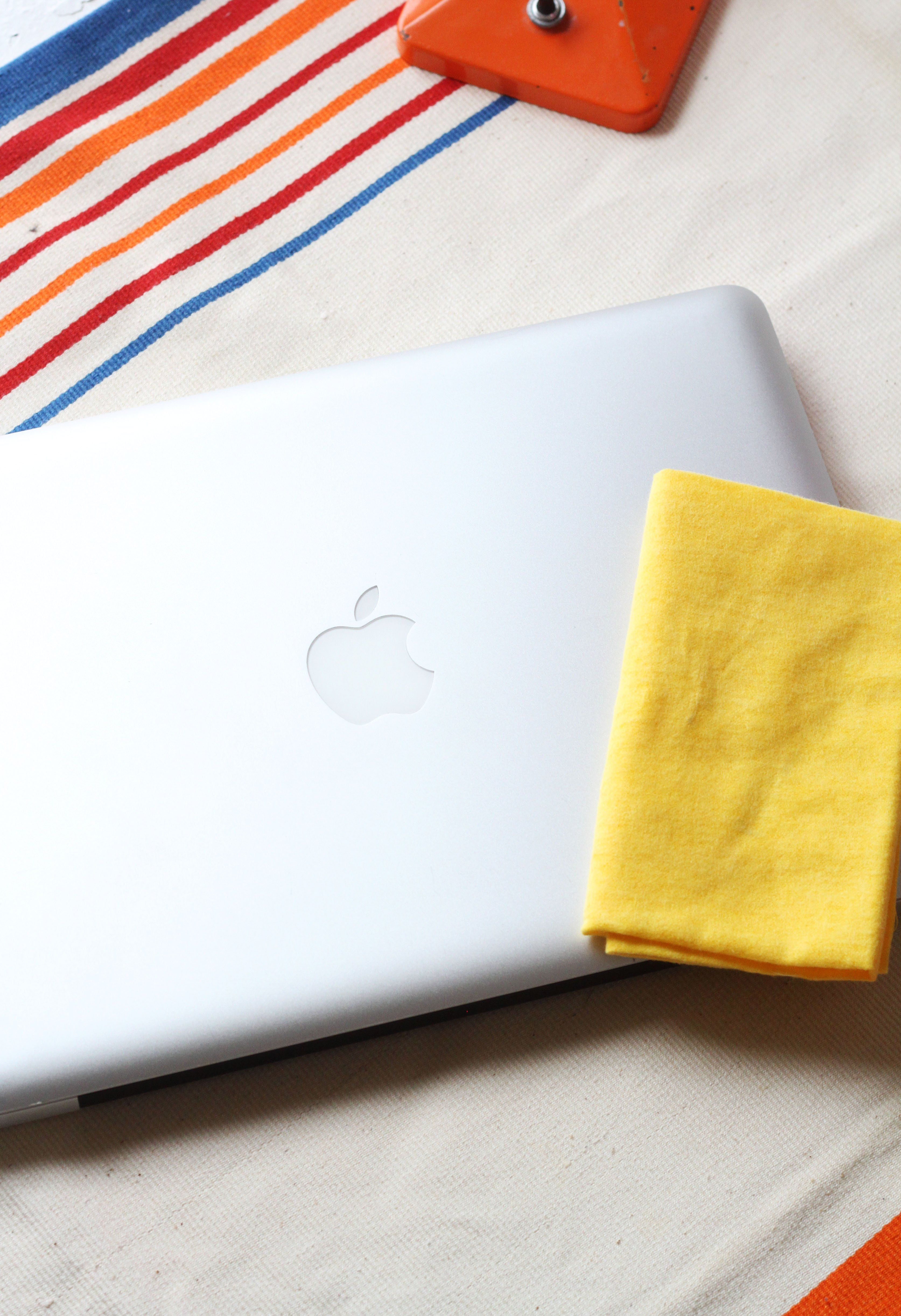 How to clean your computer screen without leaving streaks