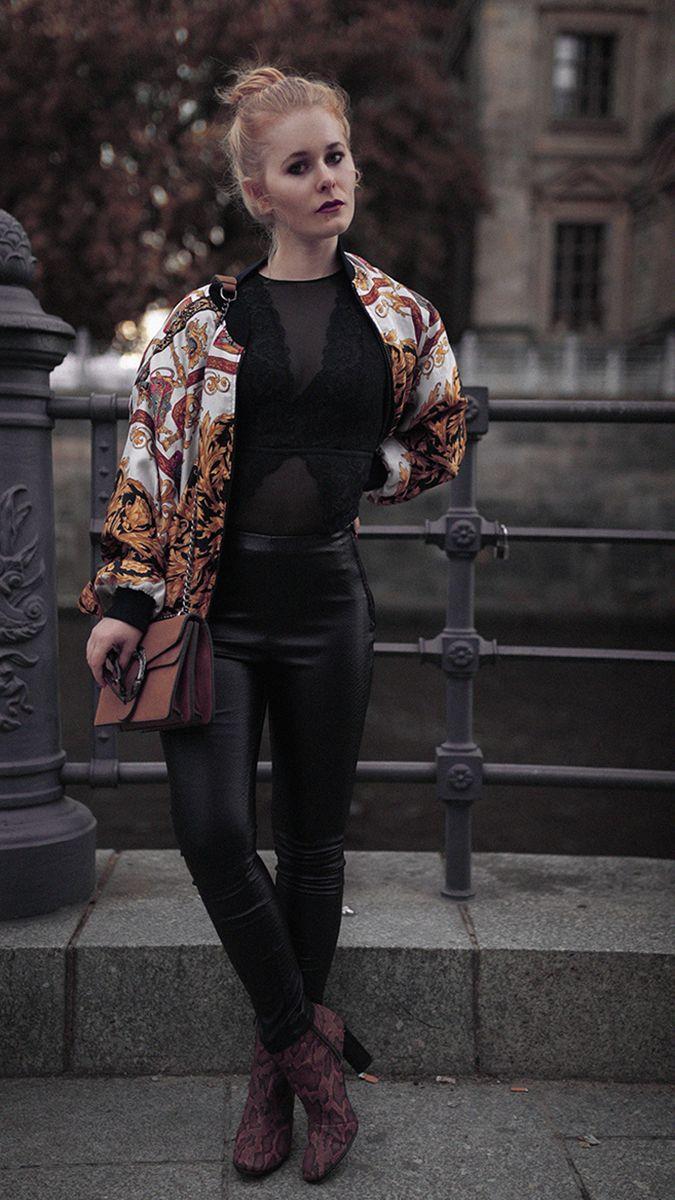 1260ca9016fd Outfit Inspiration für Damen - Schwarze Lederhose kombiniert mit Vintage  Bomberjacke und Stiefeln in Schlangen Leder