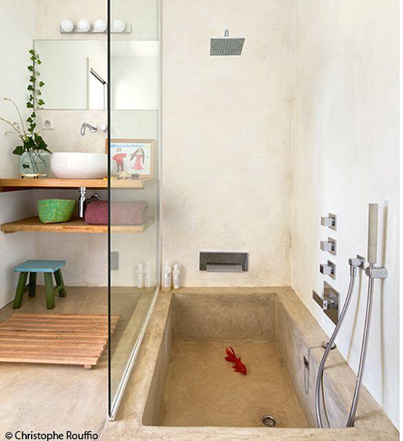 La vasca in pietra a livello del pavimento!