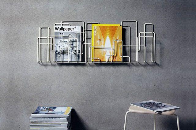 Zeitschriftenregal City Sunday von Widegård Svensson über Minus Tio - weiss grau wohnzimmer mit violett deko