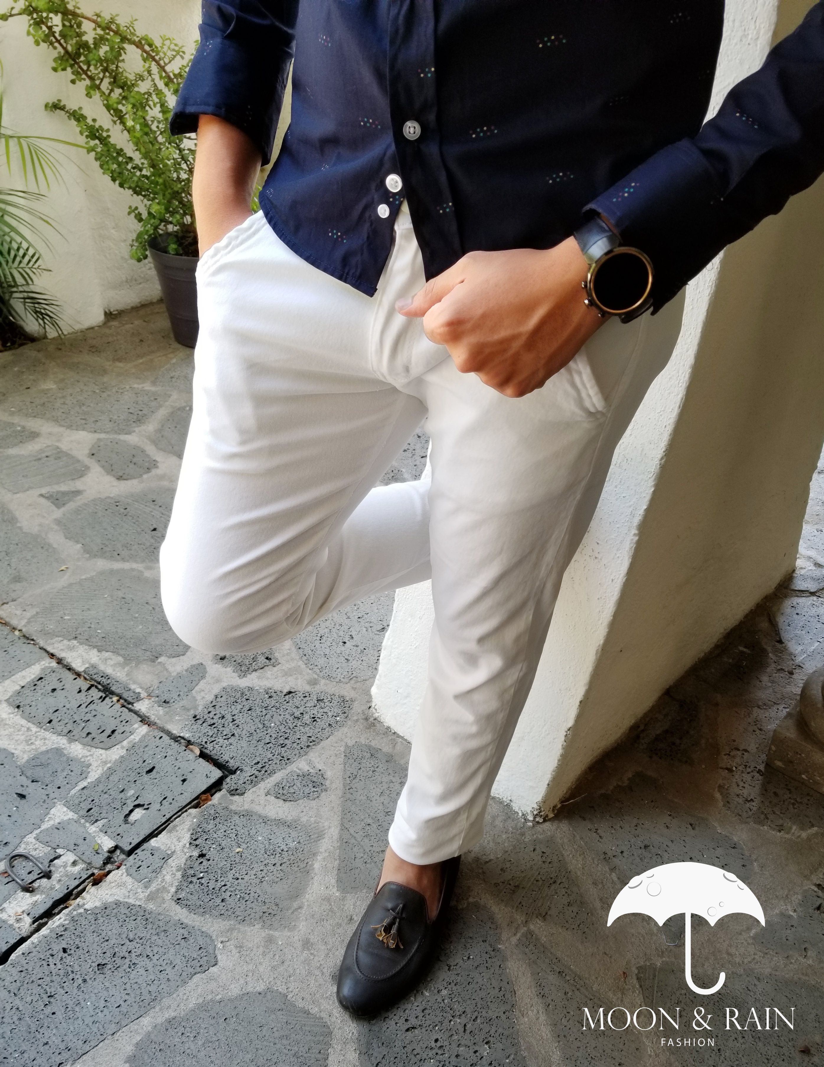 Outfit Para Hombre Pantalon Skinny De Gabardina Blanca Mocasin Chocolate Disenos De La Marca Moon Ropa Casual Hombres Ropa Casual Hombre Maduro Pantalones