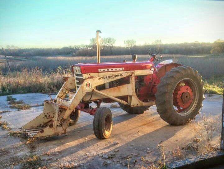 FARMALL 560 with an IH 2000 Loader | Farmall tractors ... on