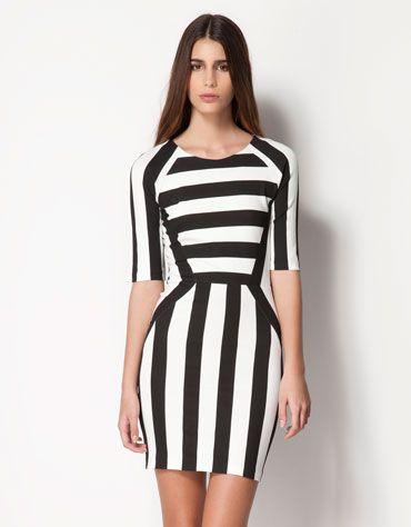 Outfit con vestido blanco y negro