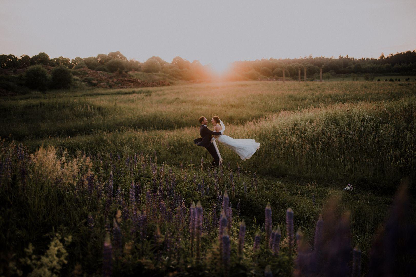 Wonderland Wedding Ein Verwunschener Garten Schnorkelige Torbogen Ein Gruner Baron Bunte Kleider Eine Lange Kaffeetafel Im Grunen T Wild Animals Cow