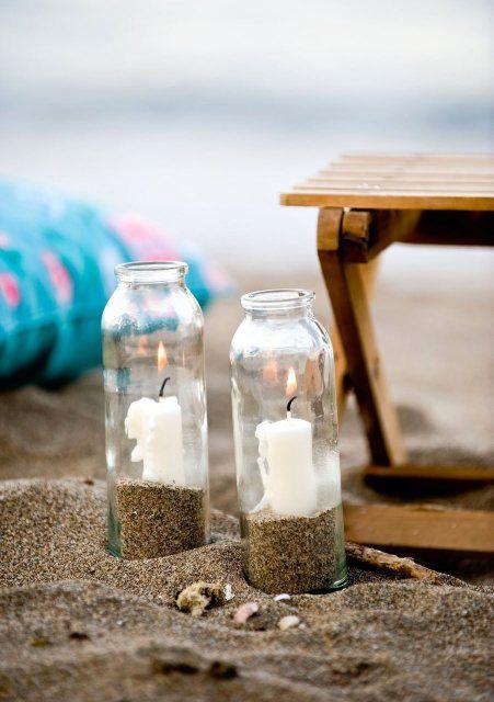 Desfrute de um belo pôr do sol à luz de velas engarrafadas. Tudo que você precisa é de areia, vidro e velas!  Summer Beach Activities Fun for Kids and Parties