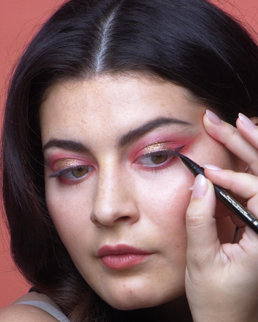 C'est le meilleur moment de l'année pour les beautystas ! A vous les paillettes, textures mattes ou onctueuses, poudres veloutées ou métallisées, reflets ultra-brillants et autres finis impeccables, car les palettes de maquillage arrivent en boutique à temps pour les fêtes, pour le plus grand bonheur des fans de make-up. Suivez le guide ! #ItalieDeux #palette #maquillage #makeup #fête #tuto