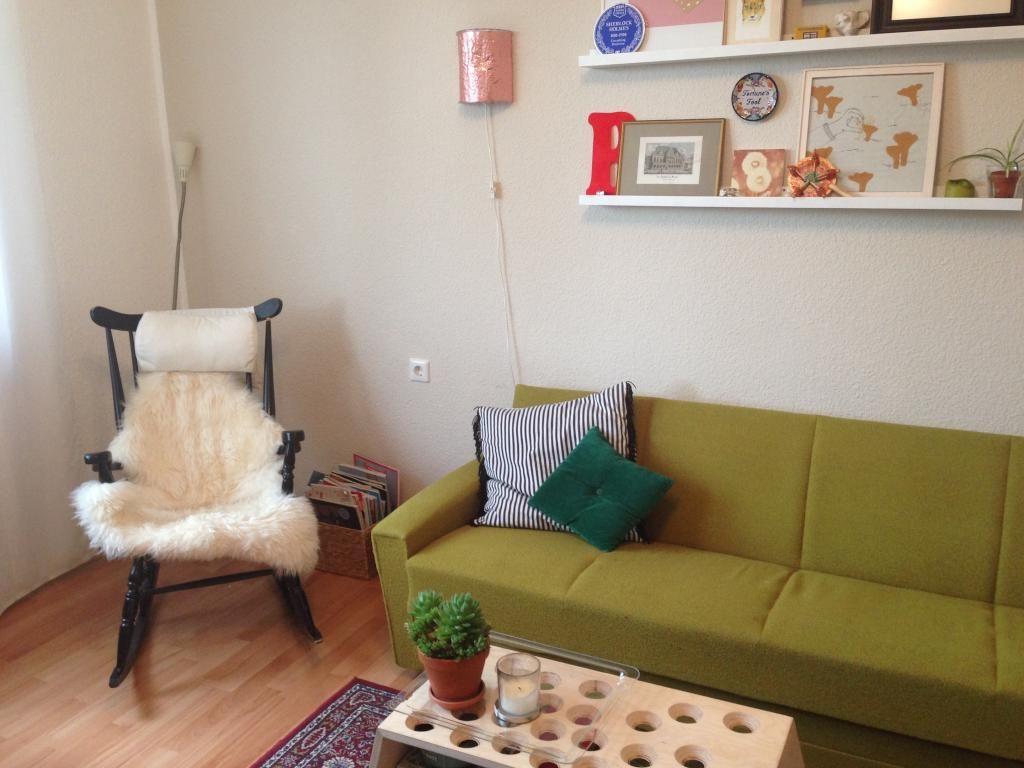 Grünes Sofa Gemütlicher Schaukelstuhl Und Kreative Regaldeko