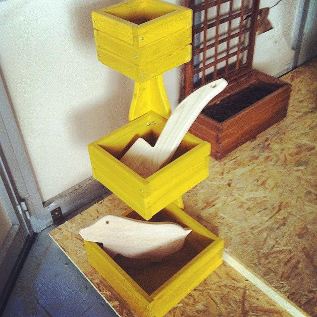 Legno: Castagno Oggetto: Porta oggetti di campagna, angoliera, per piante, per oggetti, per cucina, o per dehors. Multi uso. Colore: a scelta