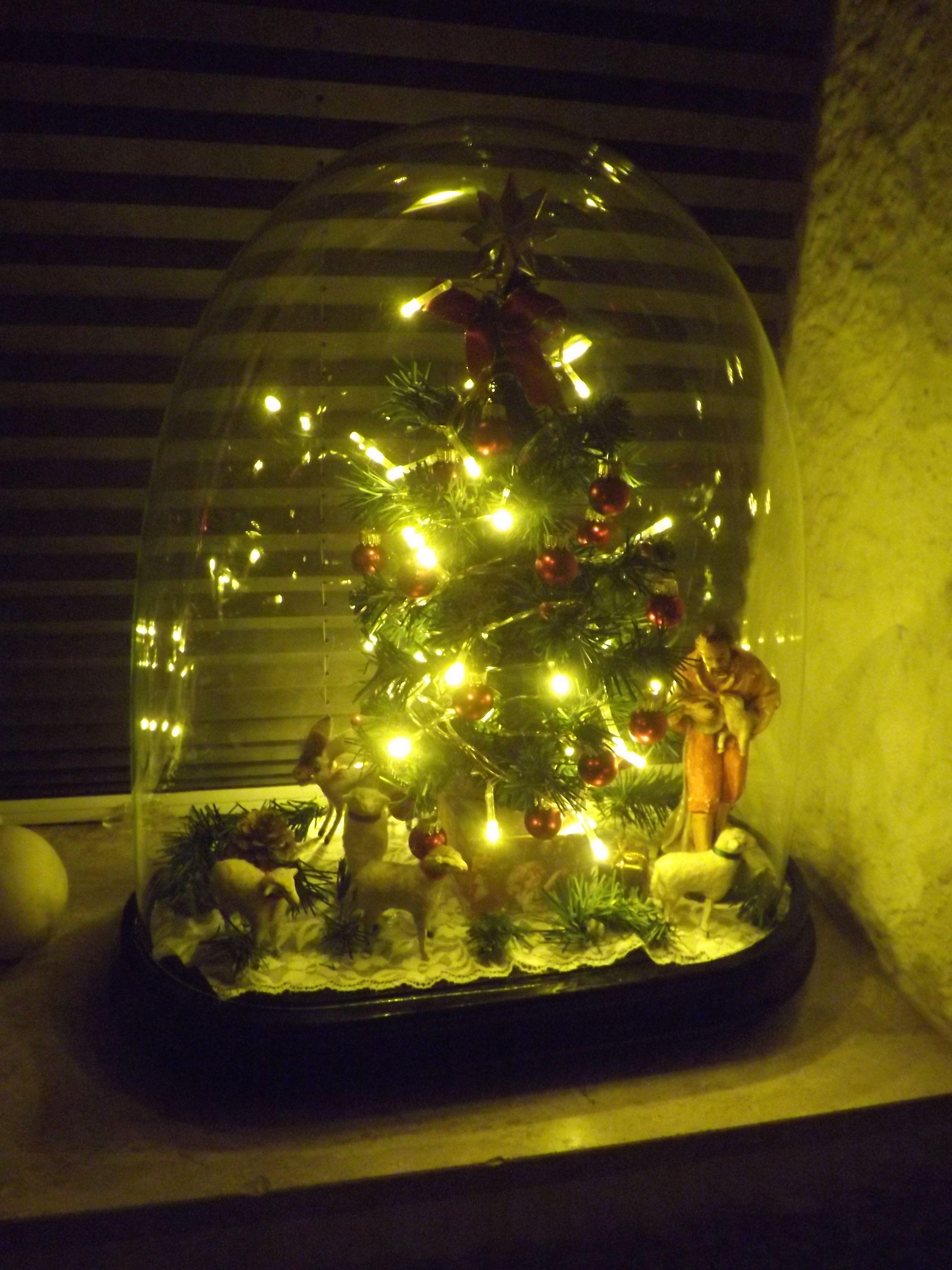 Stolp met oude schaapjes en ezel, schaapherder en kerstboompje gemaakt.