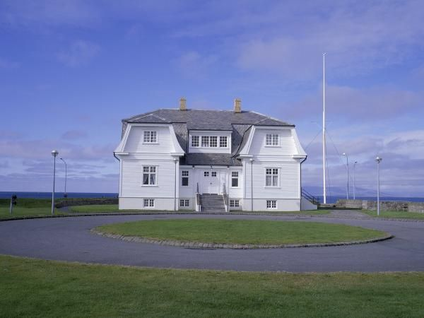 Höfði House, built in 1909. It's best known as the location for the 1986 summit meeting of presidents Ronald Reagan and Mikhail Gorbatsjov, a historical event that effectively marked the end of the Cold War.