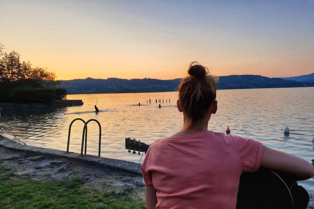 𝓛𝓲𝓮𝓭𝓮𝓻 𝓪𝓶 𝓢𝓮𝓮 Lake Music France Guten Abend Ihr Schatze Sonnenuntergang Am See Mit Gitarre Und Flaschenbie Lake Sunset Names