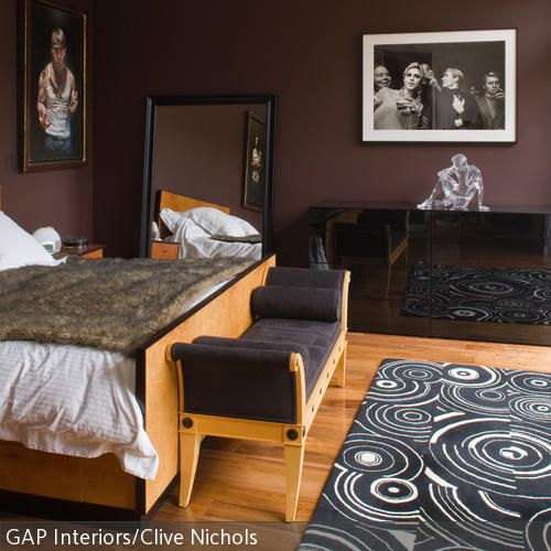 Die Farbe Braun steht für Bequemlichkeit, sie vermittelt eine höhlenartige Geborgenheit – in ein Schlafzimmer mit dunkelbraunen Wänden zieht man sich gerne …
