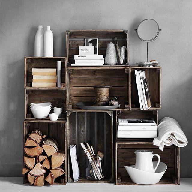 Gi KNAGGLIG en runde med kost og beis – og vips, så får du et nytt hjem til bøker, skrivesaker og alt annet som fortjener en fast plass.  #KNAGGLIG #kasse #BALUNGEN #speil #SKYN #servise #IKEA #IKEAinspirasjon #interiør #interiørdesign #interiørinspirasjon #oppbevaring #DIY #gjørdetselv
