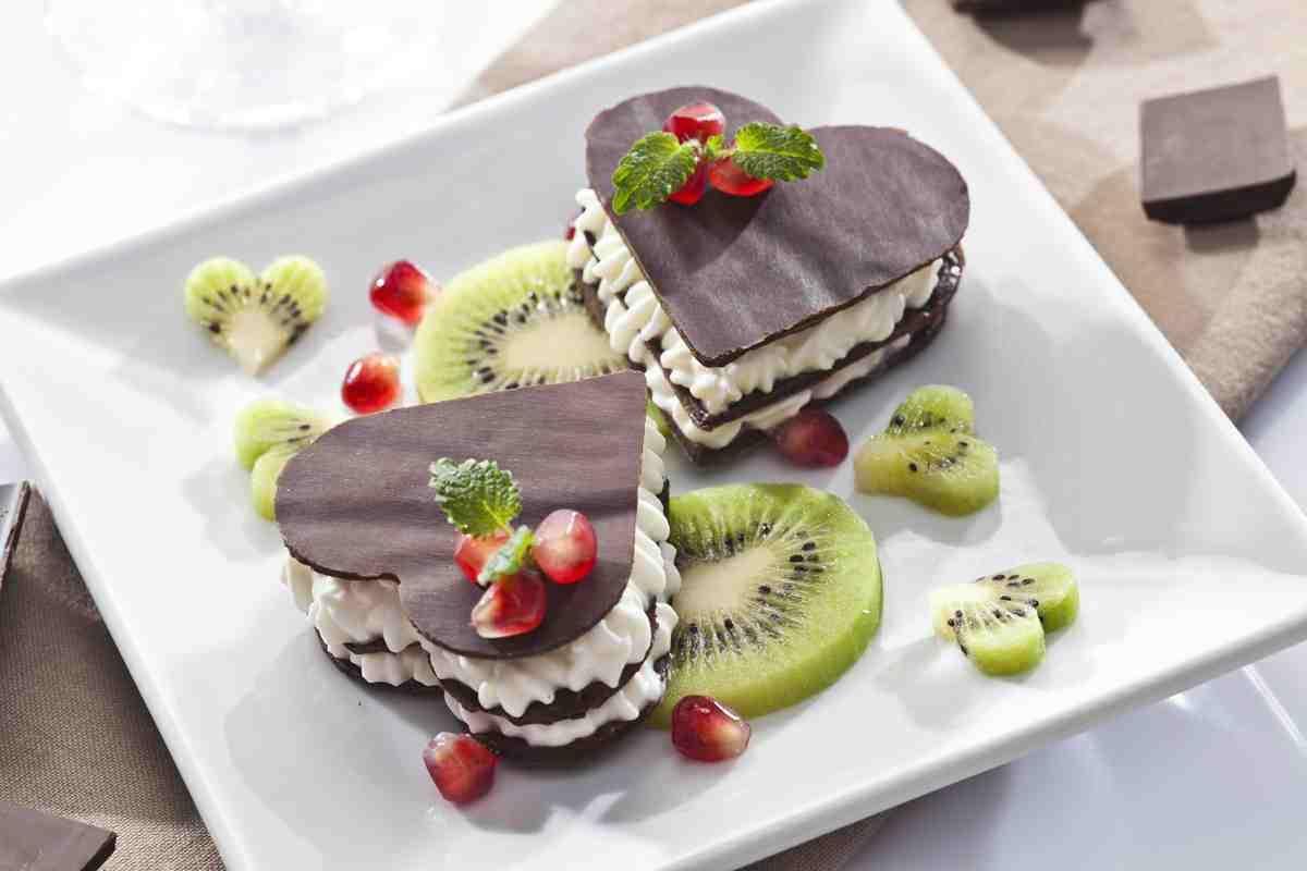 czekoladowa-kanapka-z-kremem-i-owocami