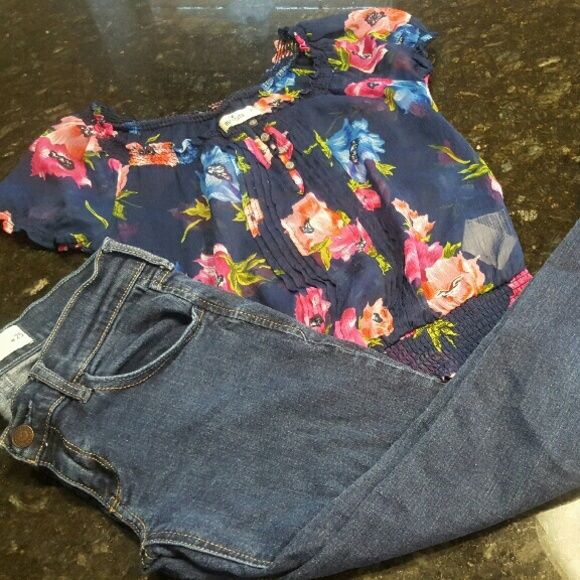 LITTLE  LADY'S Hollister Bling Jeans& Pesant Shirt Hailey's Closet  Hollister Bling Jeans Size 24 & Hollister Size XS Short Sleeve Flowered Pesant Shirt Hollister Jeans Skinny