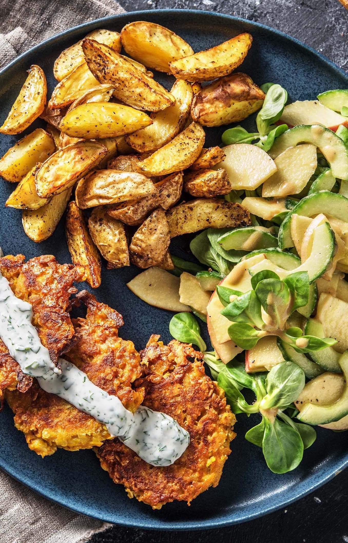 Karotten-Hafer-puffer mit Apfelsalat, Kartoffelspalten & Korianderdip