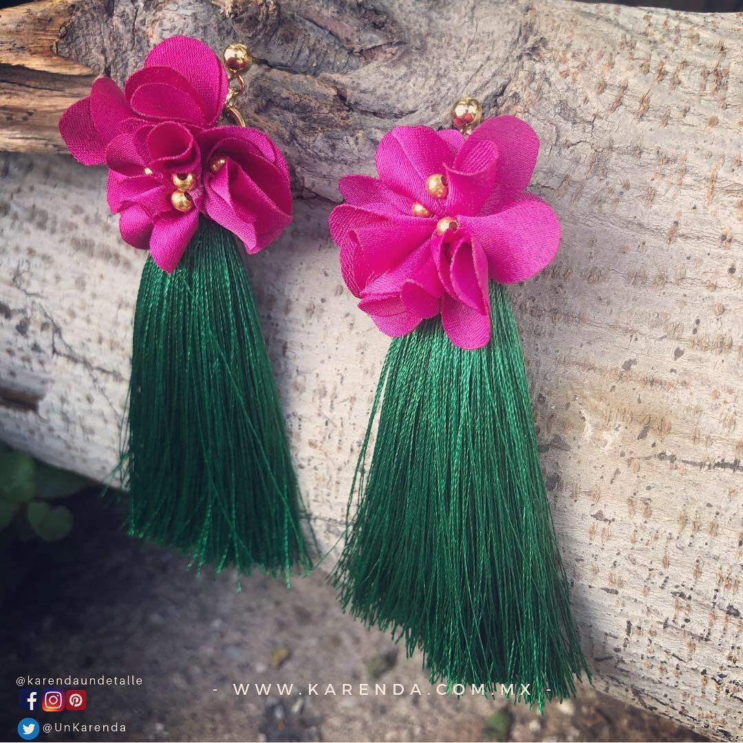 ea57a082ce22 Aretes de borla de hilo de seda con pétalos de flor textil y detalles  dorados de