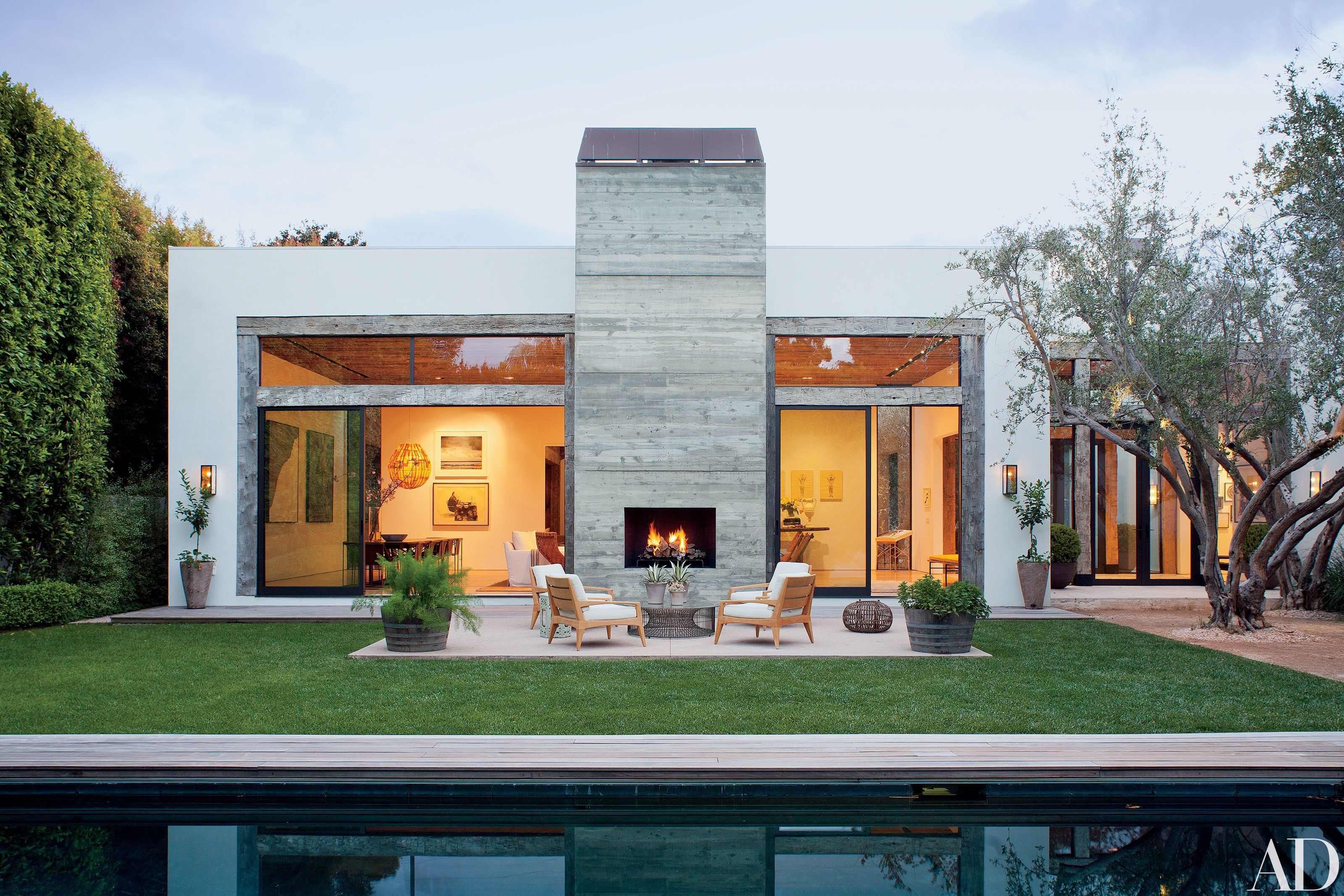 Fashion Designer Jenni Kayne S House In Beverly Hills Beverly Hills Houses Stylish Patio Outdoor Fireplace
