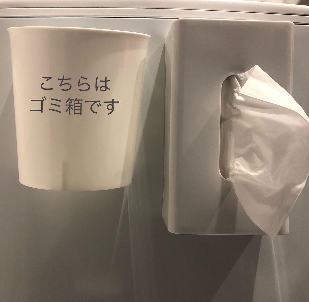 楽天で頼んでいたティッシュケースが届きました 脱衣室にある洗濯機にくっつけて使用します 隣のゴミ箱は以前もpostしましたセリアで購入したケースとマグネットで作ったゴミ箱です 床に置いてないので 掃除するときに持ち上げないで済むのがいい この位置の