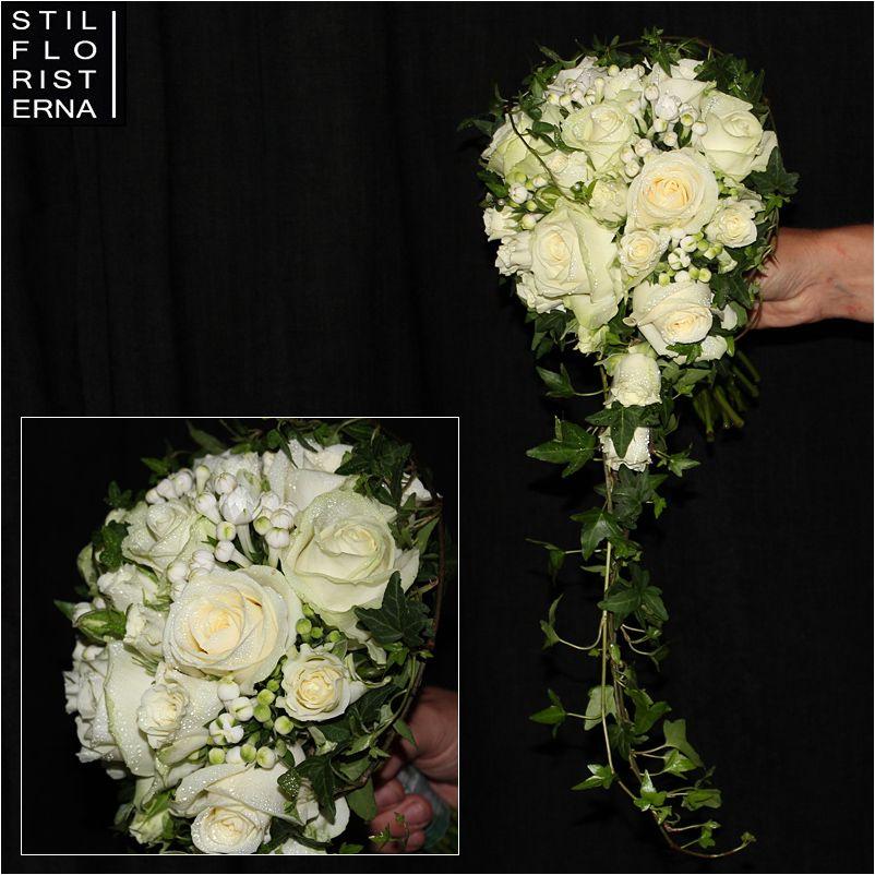 c17e86133836 Traditionell och klassiskt droppformad brudbukett med vita rosor och  murgröna.
