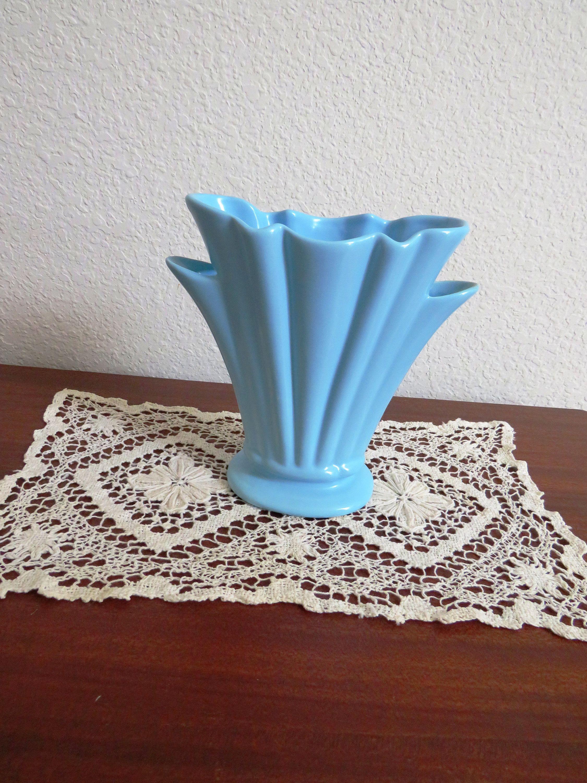 1940s Camark Fan Vase Tall Sky Blue Fluted Vase Vintage Etsy In 2020 Vintage Pottery Vases Vintage Pottery Fluted Vase