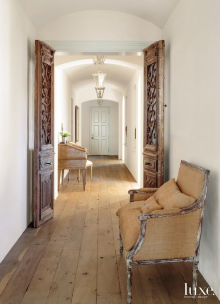 Traditional White Hallway With Barrel Ceiling Luxesource Luxe Magazine The Luxury Home Redefined Maison Interieur Design Foyer