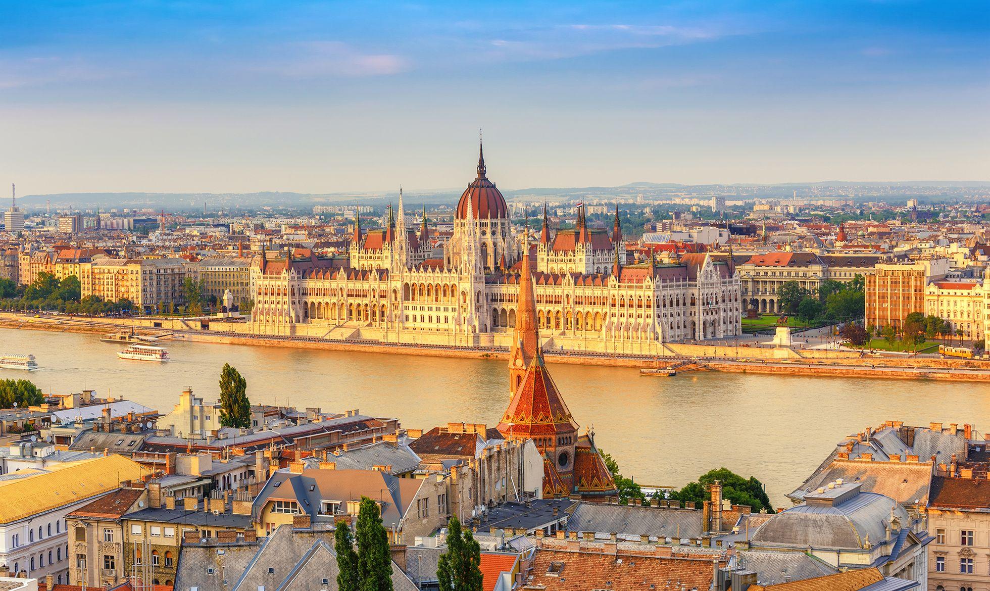 Hvem Skal Du Have Med Pa Weekendtur Til Ungarns Smukke Hovedstad Vi Elsker Byen Hvor Du Kan Spise Dig Maet For Ingen Europa Rejse Rejsedestinationer Budapest