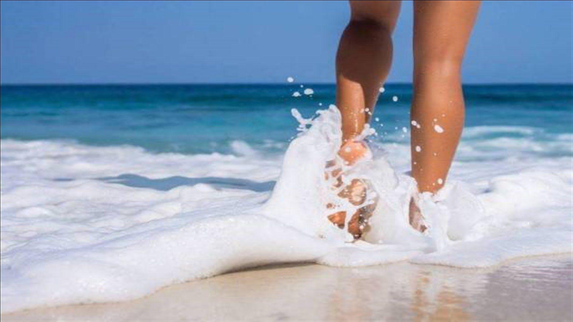 فوائد المشي على رمال الشاطئ مذهلة Pool Float Stock Photos Pool