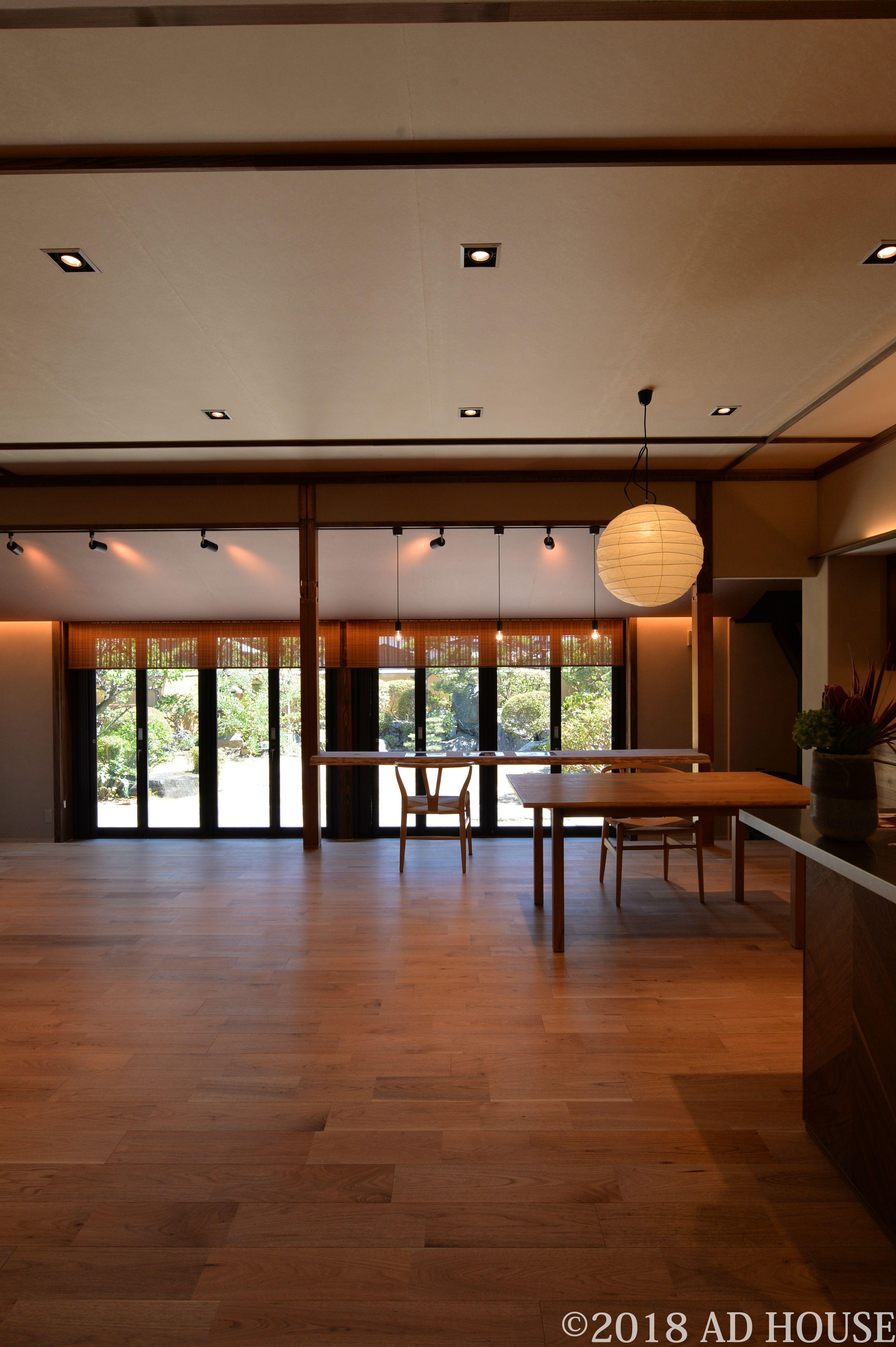 Ldkの天井にはベージュの和紙を貼り 竿縁デザインで和の空間を演出し
