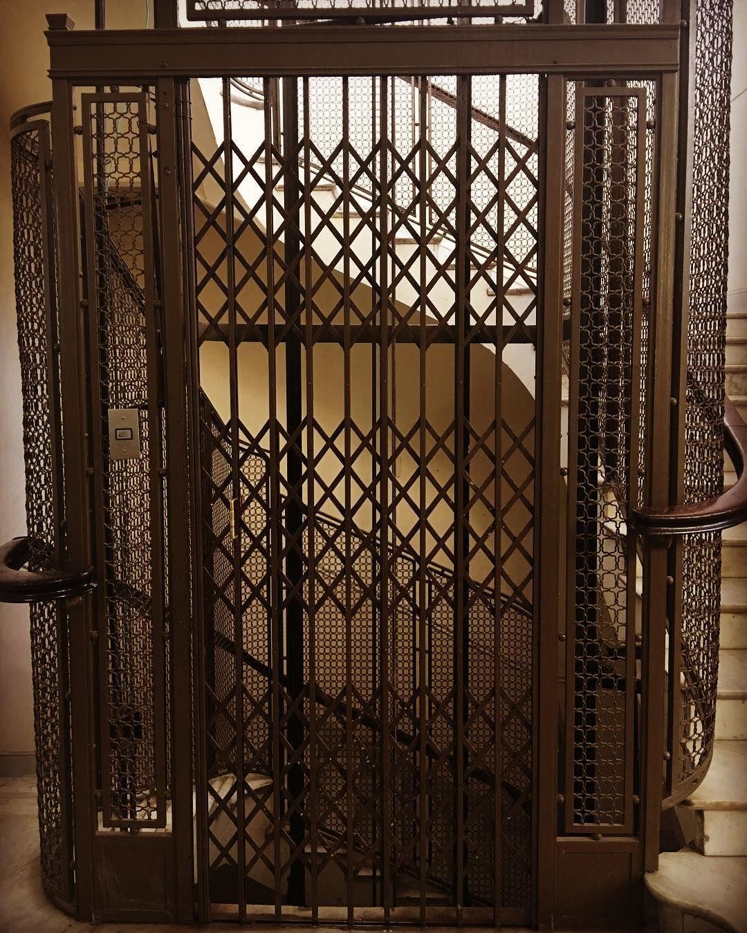 Frente de una cabina de hierro #ascensor #elevador #vintage #antique ...