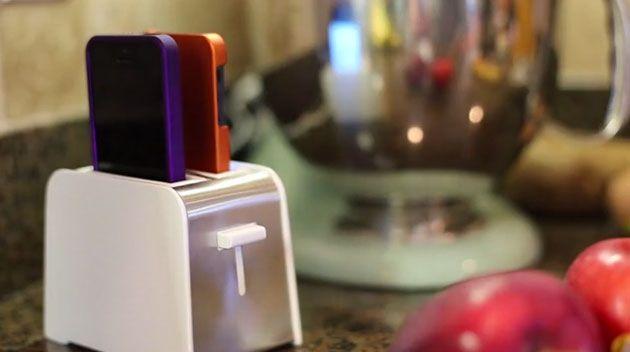 キッチンに最適!?トースター型iPhone充電器「foaster」