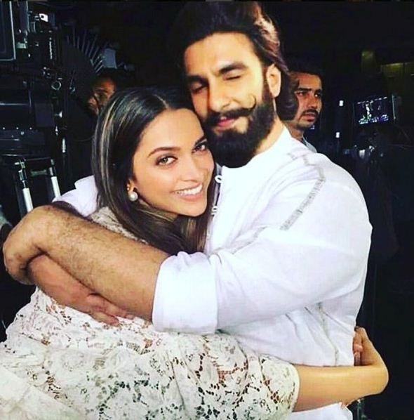 This Picture Of Deepika Padukone And Ranveer Singh Sharing A Tight Hug Is Going Viral Fansnstars Deepika Ranveer Beautiful Bollywood Actress Deepika Padukone