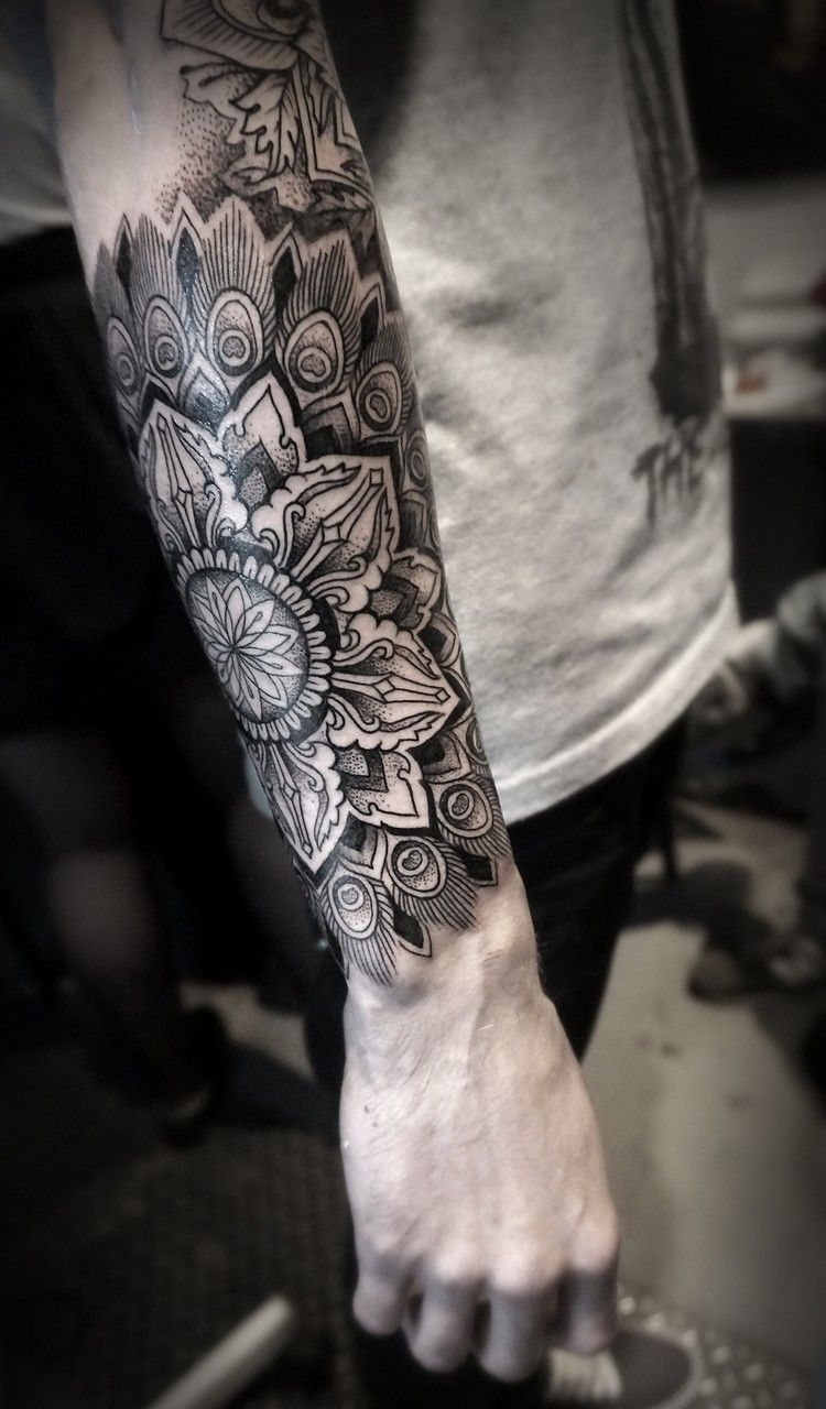 Mandala Tattoo Manner Unterarm Motive Dotwork Haarfarben
