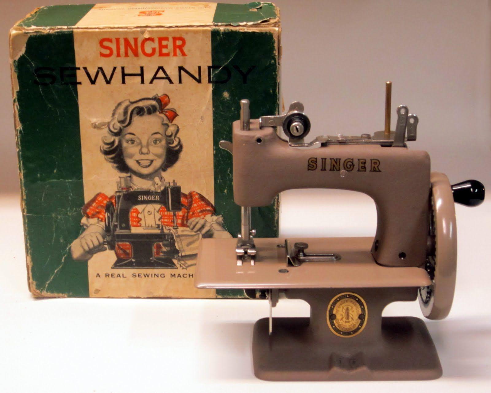 La maquinita de juguete Singer 20 o Sewhandy fue un modelo muy exitoso en el año de 1910 #vintage #singer #maquinadecoser